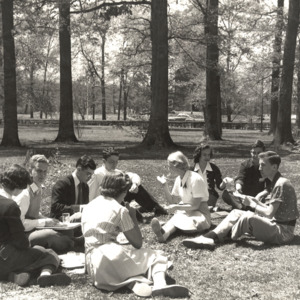 Fashion_1940s_Life_student_picnic_on_front_lawn