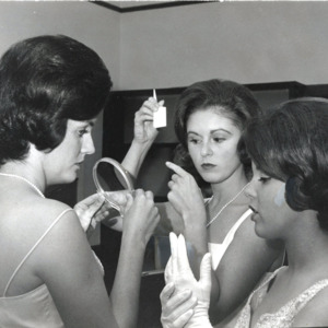 Fashion_1964_women_dressing_up
