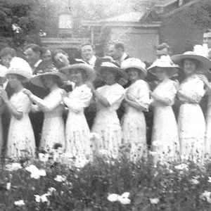 Image9_Gordon_with_ladies_in_hats.jpg